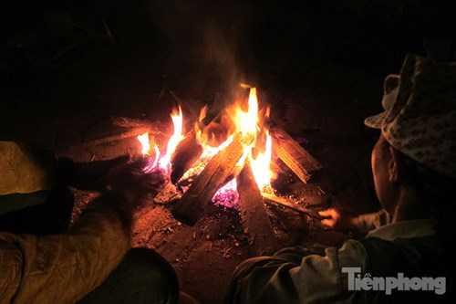 Người dân đốt lửa bên đường Kim Giang sưởi ấm.