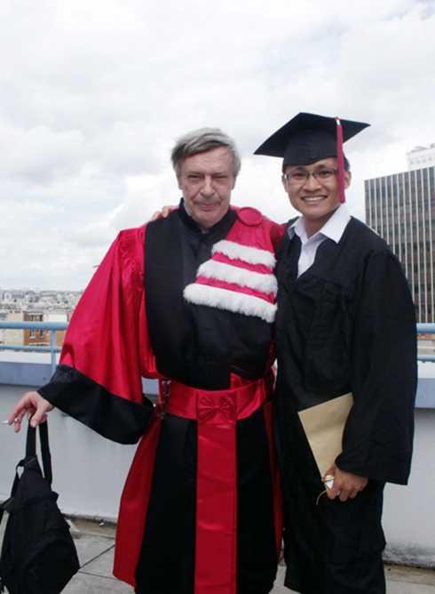 Võ Xuân Hoài trong buổi nhận bằng Thạc sĩ tại ĐH Paris 1.