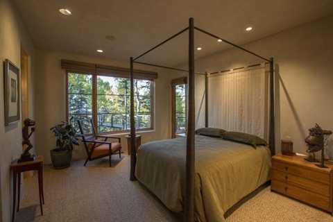 Một phòng ngủ khác có thể bước thẳng ra con đường trên cao bằng gỗ