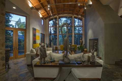 Phía bên trong ngôi nhà là sự sang trọng cùng không khí vô cùng thoáng đáng với trần nhà cao, các chi tiết nội thất được trang hoàng với gỗ và đá. Người chủ cũ của căn nhà Bob Wall đã mất 5 năm để thiết kế nội thất cho nó