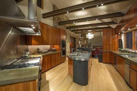 Trái ngược với nét hoang sơ của khu vực bên ngoài, phòng bếp của căn biệt thự được trang bị nhiều thiết bị hiện đại và trông rất bắt mắt