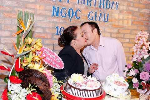 Đôi vợ chồng U70không ngại hôn nhau trước mọi người. Ít ai biết, vợ chồng NSND Ngọc Giàu từ trước đến nay luôn rất gắn bó và ngọt ngào.