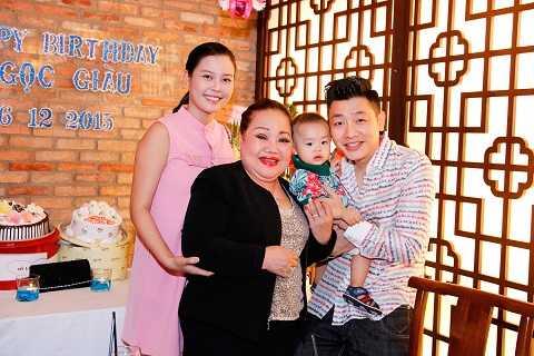 Gia đình MC Anh Tuấn cũng đến chúc mừng sinh nhật người nghệ sĩ đáng kính này.
