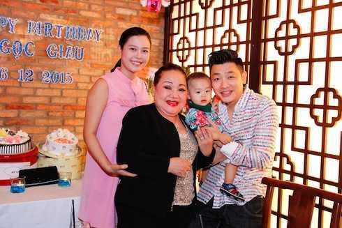 MC Anh Tuấn cùng gia đình đến chúc mừng sinh nhật NSND Ngọc Giàu.