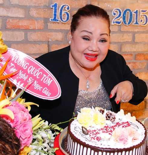 NSND Ngọc Giàu và bánh sinh nhật của Hoa hậu Phạm Hương.