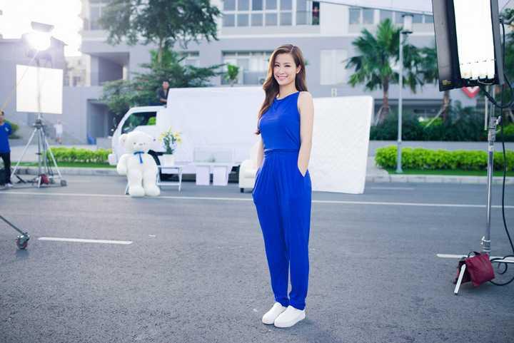Khoảng thời gian cuối năm cũng là lúc Đông Nhi bận rộn với nhiều dự án âm nhạc. Bên cạnh các hoạt động nghệ thuật, cô cũng là gương mặt đắt sô quảng cáo trong năm 2015.