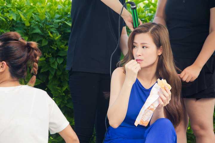 Dù thời tiết Sài Gòn khá nóng nực, đa số các cảnh quay đều diễn ra ở ngoài trời nhưng Đông Nhi vẫn luôn thể hiện sự vui vẻ và thân thiện, mang đến không khí thoải mái trên trường quay.