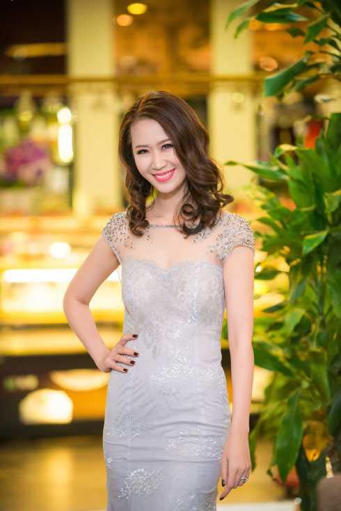 Xuất hiện trong một sự kiện tại Hà Nội, hoa hậu thân thiện Dương Thùy Linh diện thiết kế khoe vẻ quyến rũ.