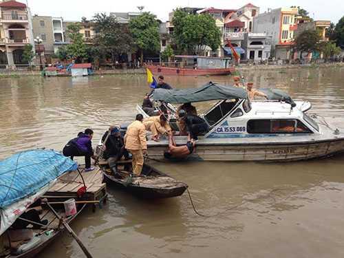 Lực lượng Cảnh sát đường Thủy - Công an TP Hải Phòng tiếp cận, đưa người đàn ông lên bờ