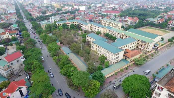 Đây là trường chuyên đầu tiên của miền Bắc. Quang cảnh trường nhìn từ camera bay, với nhiều cây xanh.