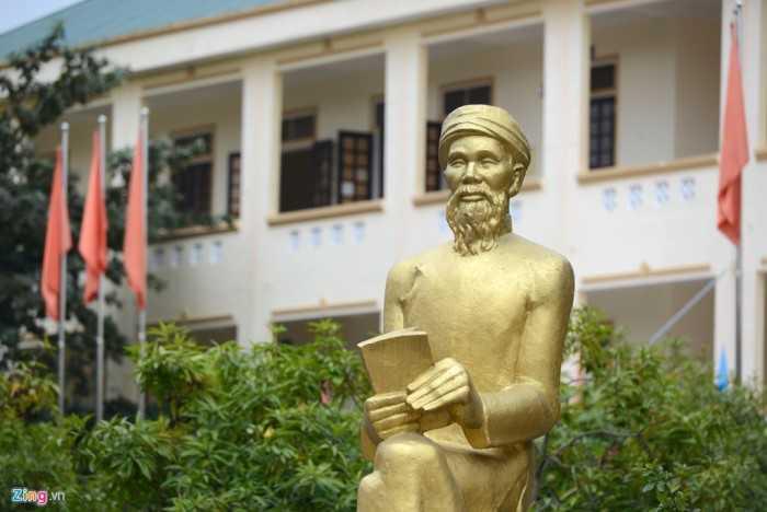 Khu trung tâm của sân trường đặt tượng cụ Phan Bội Châu (1867-1940) từ dịp kỷ niệm 20 năm thành lập.
