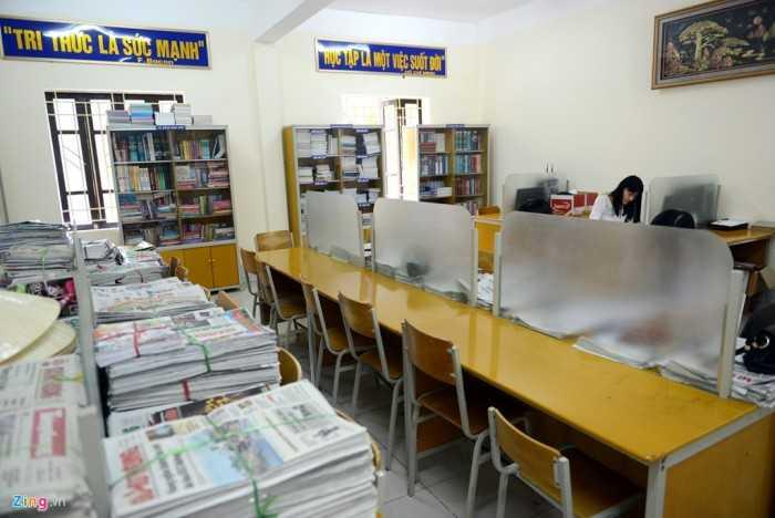 """Thư viện là nơi giáo viên, học sinh thường xuyên đến tìm không gian đọc, mượn sách. Thư viện đề cao hai câu danh ngôn """"Tri thức là sức mạnh"""" (F.Bacon); """"Học tập là việc suốt đời"""" (Hồ Chí Minh)."""