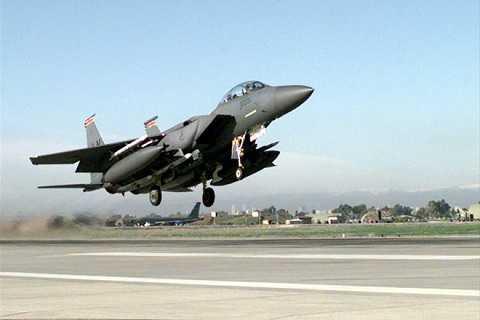Một máy bay F-15 của Mỹ cất cánh tại căn cứ không quân Incirlik của Thổ Nhĩ Kỳ
