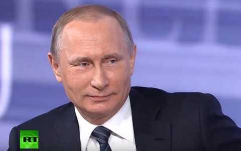 Putin cười khi nghe lời khen ngợi của nữ phóng viên. Ảnh: RT