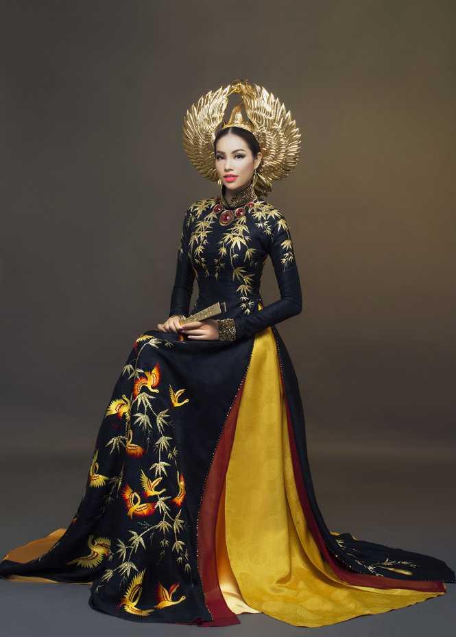 Phạm Hương mang hai bộ áo dài đen và trắngsang Mỹ dự thitrang phục dân   tộcvà cuối cùng cô đã chọn bộ màu đentoát lên vẻquyền uy, quý   pháivà sang trọng.