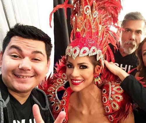 Hoa hậu Venezuela với trang phục rực lửa ở hậu trường phần thi.