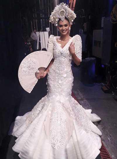 Hoa hậu Philippines giới thiệu trang phục dân tộc .