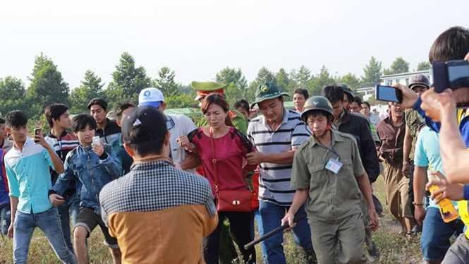 Nghi phạm móc túi được áp giải về UBND huyện Chơn Thành - Ảnh: Trác Rin