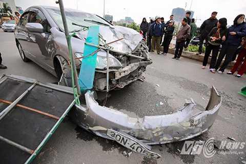 Phần đầu chiếc ô tô bị hư hỏng nặng