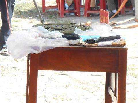 Toà công bố các tang vật thu giữ được như: súng, dao, dây trói, quần áo...
