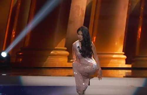 Người đẹp Myanmar vấp ngã