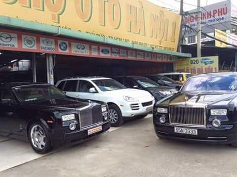 Một cặp xe Rolls-Royce Phantom bày bán trong chợ xe cũ TP.HCM