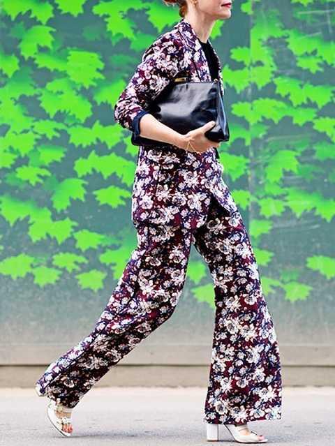 Tại đường phố ở các kinh đô thời trang thế giới, các fashionista hàng đầu đã trổ tài mix & match những bộ đồ từđơn giản, in hoa trang nhã đến bắt mắt với nhiều họa tiết nhưng đều có sự đồng bộ từ đầu tới chân.
