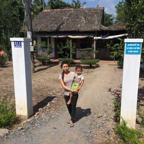 Căn nhà lá của chị Trần Thị Mỹ Lợi ở xã Phương Phú, huyện Phụng Hiệp (Hậu Giang) cũng phải làm cổng rào bằng bêtông - Ảnh: Lê Dân