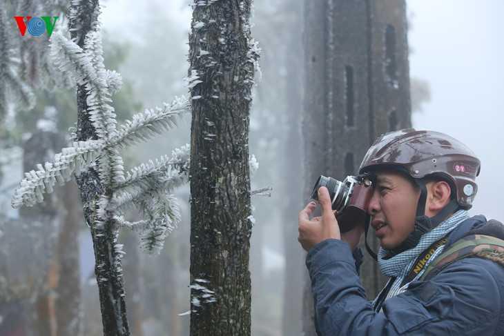 Người dân địa phương cùng rất đông khách du lịch đã đổ lên khu vực có băng giá để ngắm cảnh và ghi lại những bức ảnh đẹp.