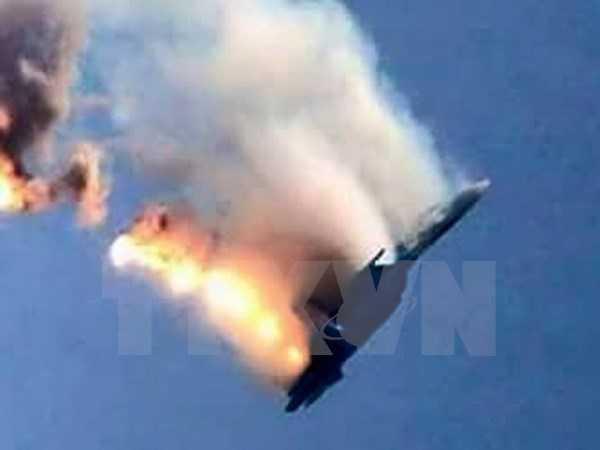 Máy bay chiến đấu của Nga bốc cháy sau khi bị bắn hạ gần khu vực biên giới Thổ Nhĩ Kỳ-Syria. (Nguồn: AFP/TTXVN)