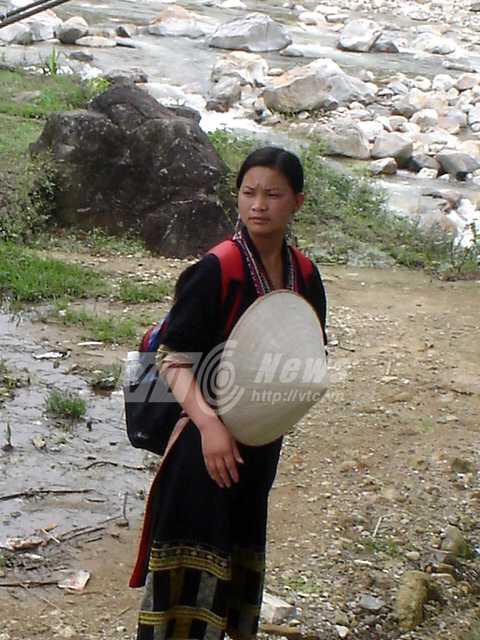 Một thiếu nữ Mông xinh đẹp ở Tả Van làm hướng dẫn viên du lịch cho Tây