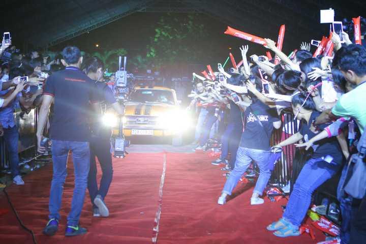 Trong liveshow của Noo Phước Thịnh, Hà Hồ gây ấn tượng khi tự lái siêu xe lên sân khấu