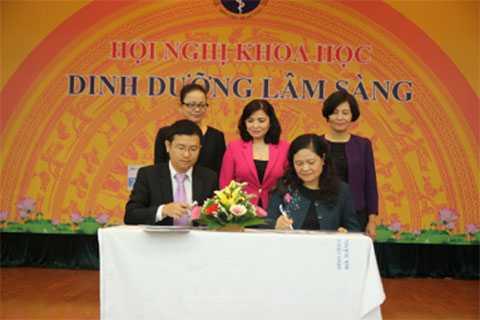 BS. Mai Thanh Việt, Giám Đốc Marketing ngành hàng sữa bột, đại diện Vinamilk  ký kết hợp tác chiến lược với Viện Dinh Dưỡng Quốc Gia.