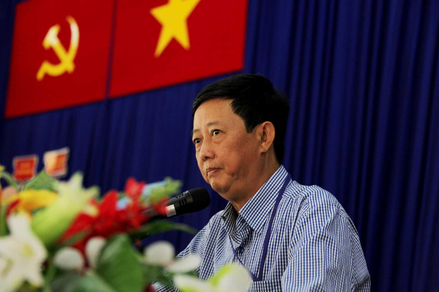 Ông Vương Ngọc Long – Trưởng ban Phát triển Vùng nguyên liệu Vinamilk, đại diện công ty giải đáp những thắc mắc của các hộ chăn nuôi bò sữa tại buổi ký kết hợp đồng