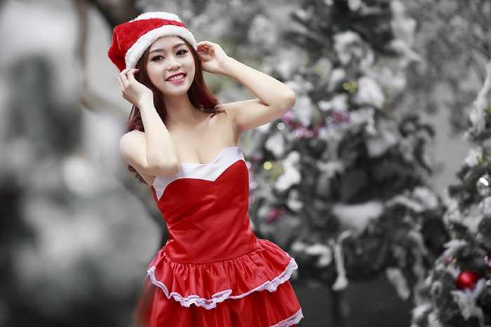 Trong bộ ảnh đón Noel, cô bạn xinh đẹp này đã lựa chọn váy quây đỏ đầy gợi cảm.