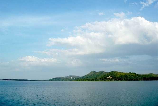 Núi Cậu bên hồ Dầu Tiếng, nhìn từ xa