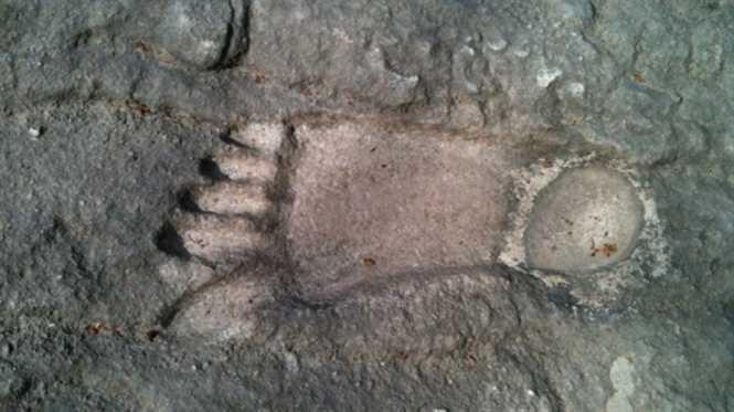 Dấu chân đá trên núi Cậu