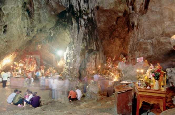 Bên trong miếu thờ cậu Bảy cũ nằm sâu trong hang núi