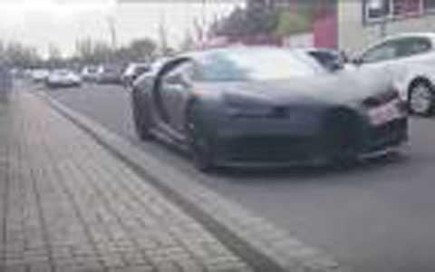 2 siêu xe Bugatti Chiron diễu hành trên phố