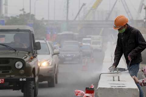 Phía tường bao của hầm chui, một số công nhân đang dùng máy để mài cho bề mặt bê tông bằng phẳng và lắp lan can. Theo lãnh đạo Ban quản lý dự án Thăng Long (chủ đầu tư), hầm chui Trung Hòa sẽ thông xe vào ngày 31/12, vượt tiến độ 6 tháng.