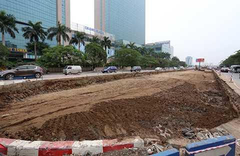 Sáng 18/12, việc xén thảm cỏ dải phân cách giữa đã thực hiện khoảng 200m từ cửa hầm chui nút giao Trung Hòa (Big C) đến cổng vào của tòa nhà Grand Plaza.
