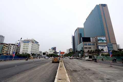Đoạn từ cổng siêu thị Big C đến ngã tư Trần Duy Hưng - Hoàng Minh Giám đang được hoàn thiện hệ thống dải phân cách giữa, đường dẫn đã được trải nhựa.