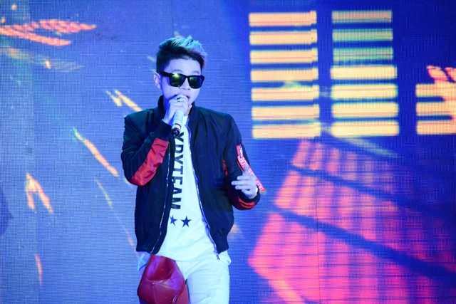 Ca sĩ Hoàng Tôn mở màn chương trình sôi động bằng các ca khúc hit đã khiến hội trường như nóng hơn