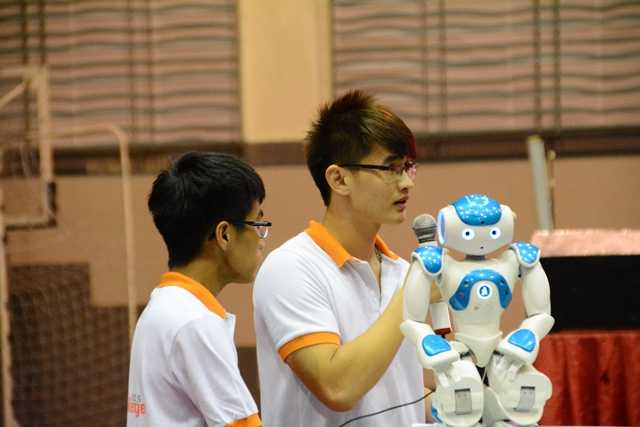 Các thành viên đội UET-TNA đến từ ĐH Công nghệ - Đại học Quốc gia Hà Nội giới thiệu các tính năng của ứng dụng học toán, kể chuyện cùng bé.
