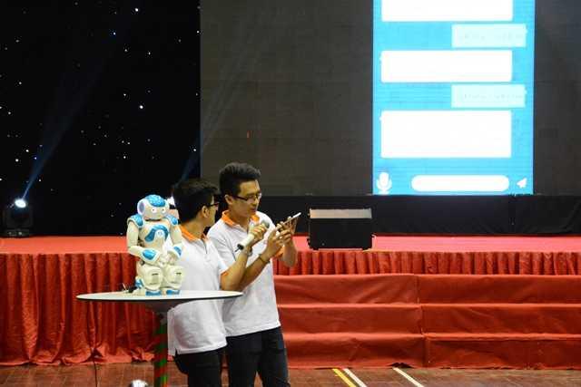 Trước câu hỏi của giám khảo đến từ Microsoft Việt Nam về nguồn dữ liệu, các thành viên đội Infinty cho biết ứng dụng được xây dựng dựa trên nhu cầu cá nhân.
