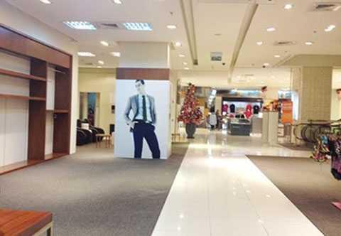 Một trung tâm thương mại vắng hoe khách. Ảnh: TÚ UYÊN