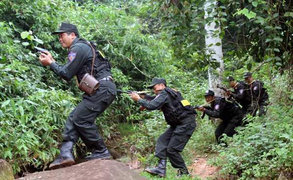 Sau 4 giờ truy sát, công an đã bắt giữ được đối tượng trong rừng quốc gia Ba Vì (Ảnh minh hoạ)