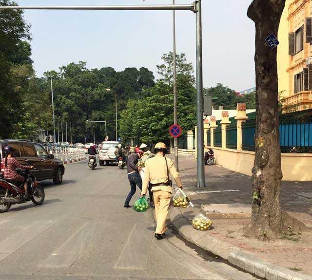 Chiến sỹ CSGT nhặt cam giúp người dân