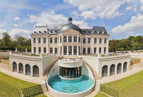 Có một bể bơi nhỏ đằng sau biệt thự ngay cạnh cầu thang ngoài trời