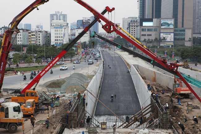 Ban Quản lý dự án Thăng Long và đơn vị thi công hầm chui nút giao Trung Hòa đang đặt mục tiêu rút ngắn tiến độ 6 tháng, hoàn thành trước Tết Nguyên đán nhằm giảm ùn tắc giao thông ở khu vực phía Tây Hà Nội và sẽ thông xe vào ngày 31/12.